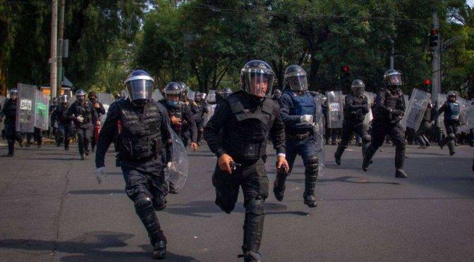 Dan de alta a adolescente golpeada por la policía durante protestas en la CDMX