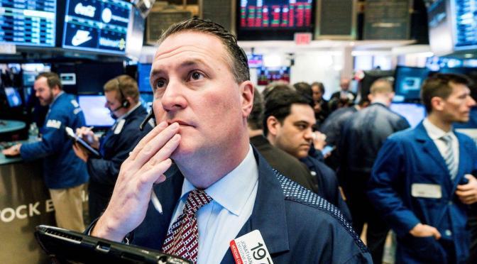 Wall Street cae en apertura por aumento de casos del virus y declive sector bancario