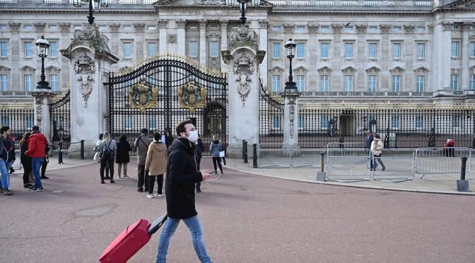 Reino Unido espera llevar una vida normal para Navidad, pero se prepara para segunda ola COVID-19