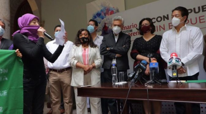 Feministas irrumpen mitin de Mario Delgado en Michoacán