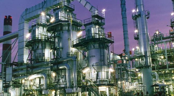 México debería apostar más por petroquímica que por refinación: expertos