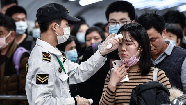 Funcionario chino declara que no hay necesidad de entrar en pánico por nueva cepa de coronavirus