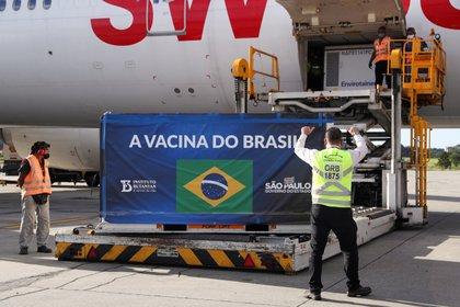 Brasil aprueba uso de emergencia de las vacunas de Sinovac y AstraZeneca