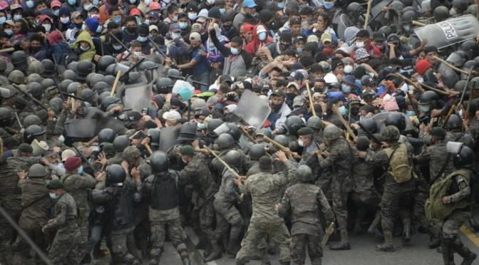 Con palos y gas lacrimógeno detienen a caravana migrante en Guatemala