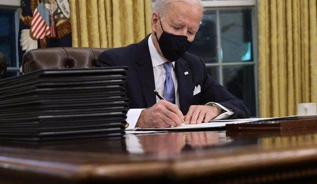 Récord de decretos y escollos en el Congreso caracterizan el primer mes de Joe Biden en la presidencia de EU