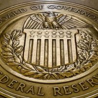 La FED juega con moderación. El dólar sube y baja. El petróleo en caída leve. El oro se fortalece. Las criptomonedas caen - Análisis