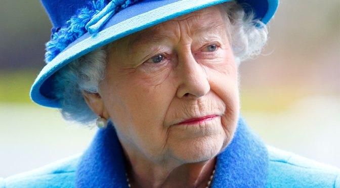 La reina Isabel dice entristecida por las experiencias de Harry y Meghan