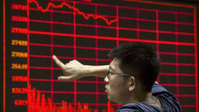 Acciones de China caen mientras las sanciones occidentales sobre Xinjiang pesan sobre la confianza