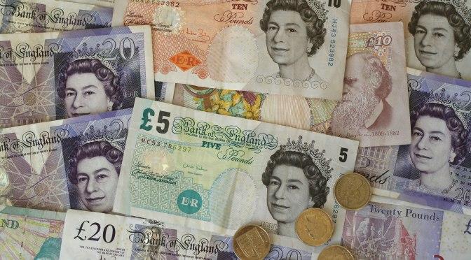 Libra esterlina cae a su mínimo en dos semanas frente al dólar