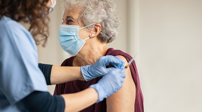 Biden adelantará fecha para ampliar vacunación para adultos