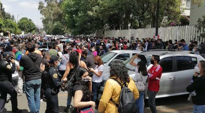 Médicos sufren abusos en búsqueda de aplicarse vacuna contra Covid en Coyoacán