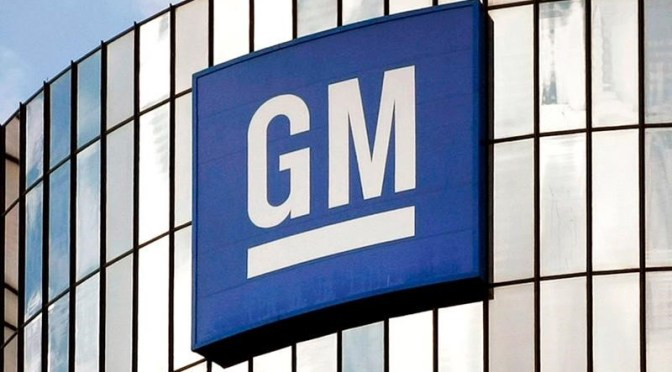 Ganancias de GM se encogen ante la escasez de chips