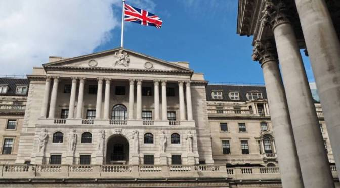 Banco de Inglaterra mantiene en suspenso las tasas y el tamaño del plan de compra de bonos