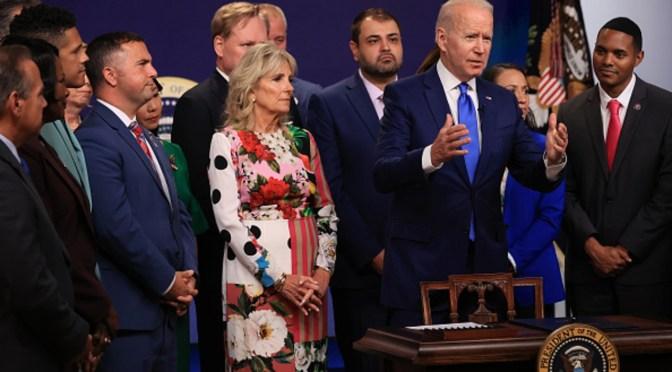Biden ofrece consuelo a familiares por desplome de edificio