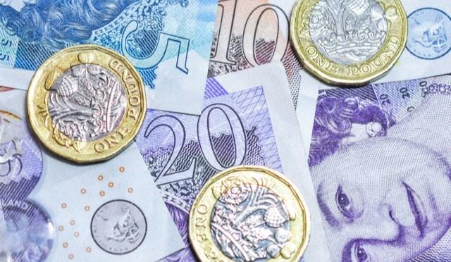 Libra esterlina cae frente al dólar a medida que las acciones se deslizan