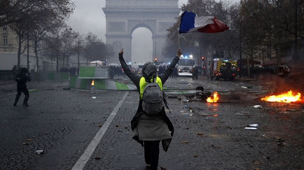 Marchan opositores a certificados de vacunación en Francia