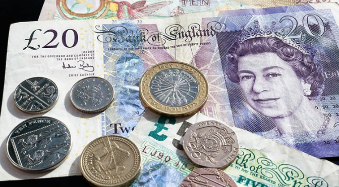 Libra esterlina llega a su nivel más bajo frente al dólar en un mes