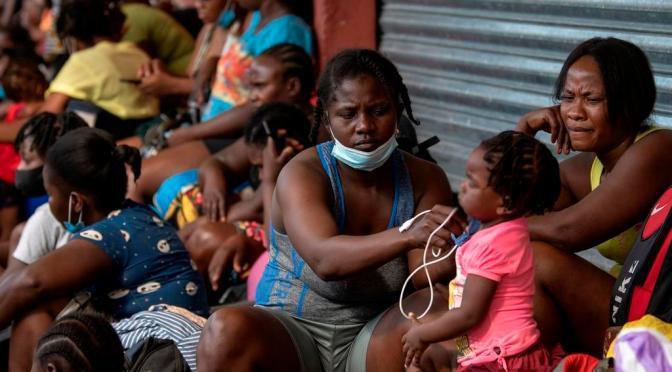 Haitianos varados en México analizan qué hacer tras recorrer países