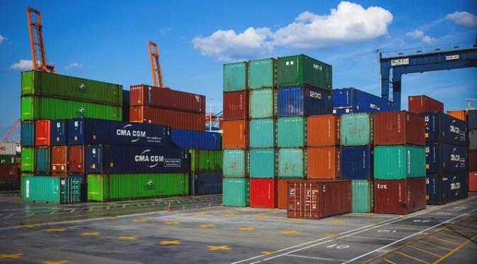 Déficit comercial de Estados Unidos se reduce en julio a medida que caen las importaciones