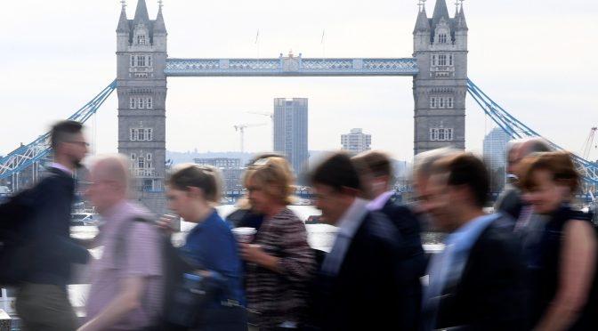 Reino Unido aumenta salarios de nuevos trabajadores por primera ocasión desde 1990