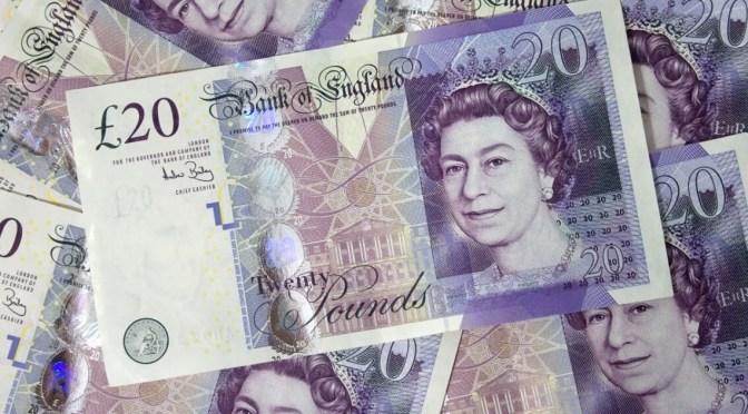 Libra esterlina recupera terreno frente al dólar y euro
