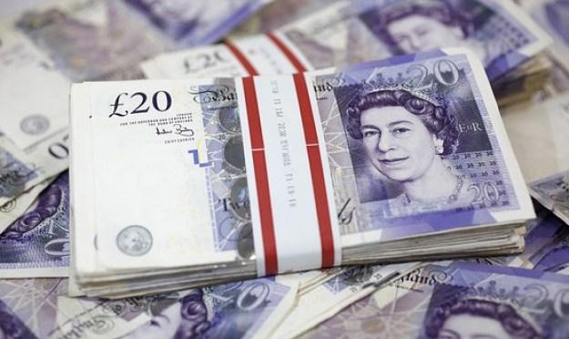 Libra esterlina se estanca frente al dólar y el euro