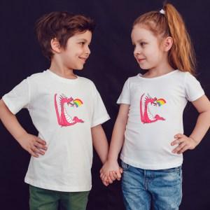 Offrez en cadeau à vos enfants ce Magnifique T-shirt Enfant fille ou garçon T-shirt Enfant Dragon Rose Arc en Ciel by Abi . Il est agréable à porter, imprimé directement depuis notre atelier Français situé à Jurançon au coeur des Pyrénées, en plein Béarn 64 niché entre l'océan et la montagne. Disponible en taille 3/4 ANS, 5/6 ANS, 7/8 ANS, 9/10 ANS, 11/12 ANS. 100% coton.