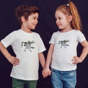 offrez en cadeau à vos enfants ce magnifique T-shirt Enfant fille ou garçon La Machine Infernale by Abi. Il est agréable à porter, imprimé directement depuis notre atelier Français situé à Jurançon au coeur des Pyrénées, en plein Béarn 64 niché entre l'océan et la montagne. Disponible en taille 3/4 ANS, 5/6 ANS, 7/8 ANS, 9/10 ANS, 11/12 ANS. 100% coton.