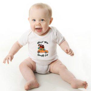 Offrez ce Magnifique Body Bébé manche courte illustré par Abi, motif en voiture Road trip to biarritz un body orignal agréable a porter et resistant, pratique à enfiler et à enlever, garantissant un confort optimal pour le bébé. Disponible en taille 3, 6, 9, 12 et 18 Mois.