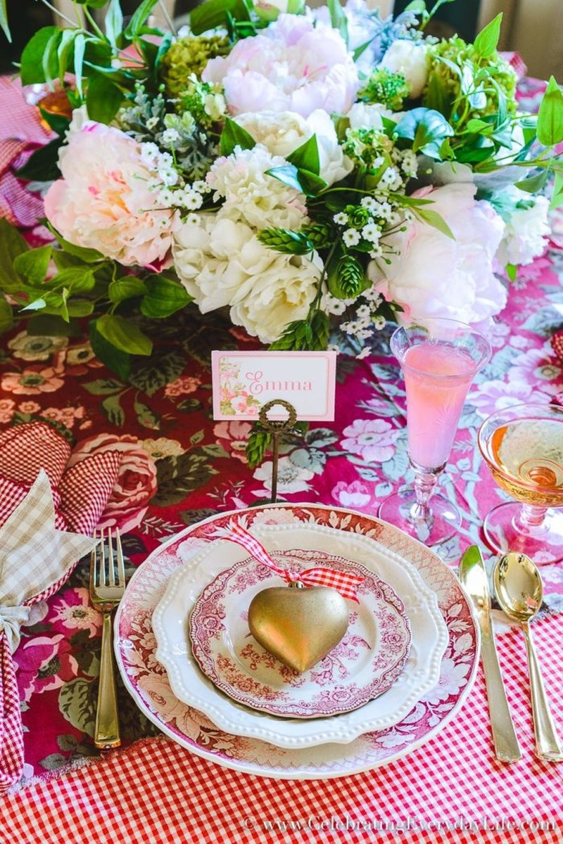 Beautiful And Romantic Valentine Dining Table Decoration Ideas 27