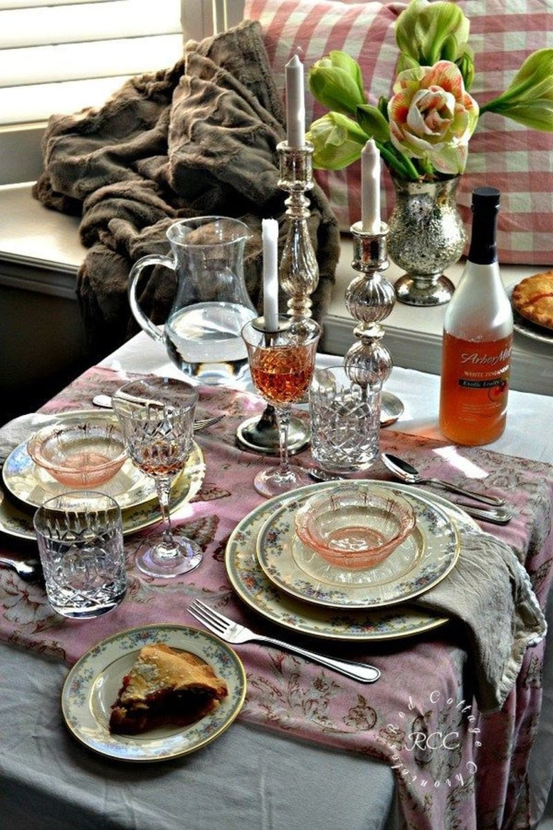 Beautiful And Romantic Valentine Dining Table Decoration Ideas 43