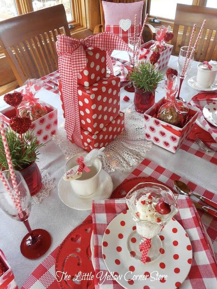 Beautiful And Romantic Valentine Dining Table Decoration Ideas 46