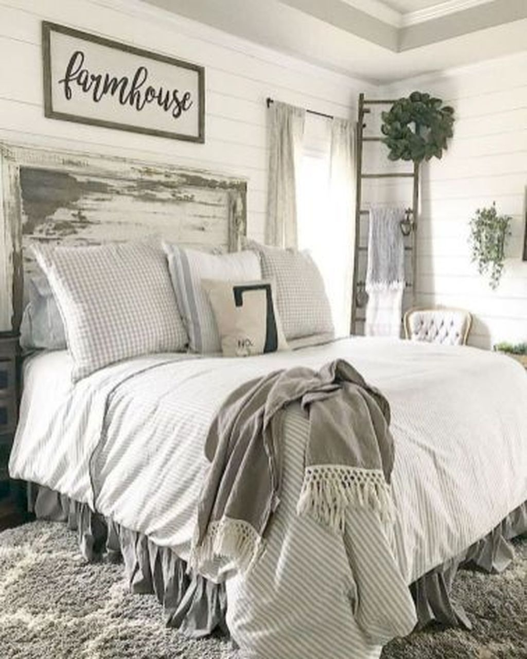 Beautiful Modern Farmhouse Master Bedroom Decoration Ideas 37