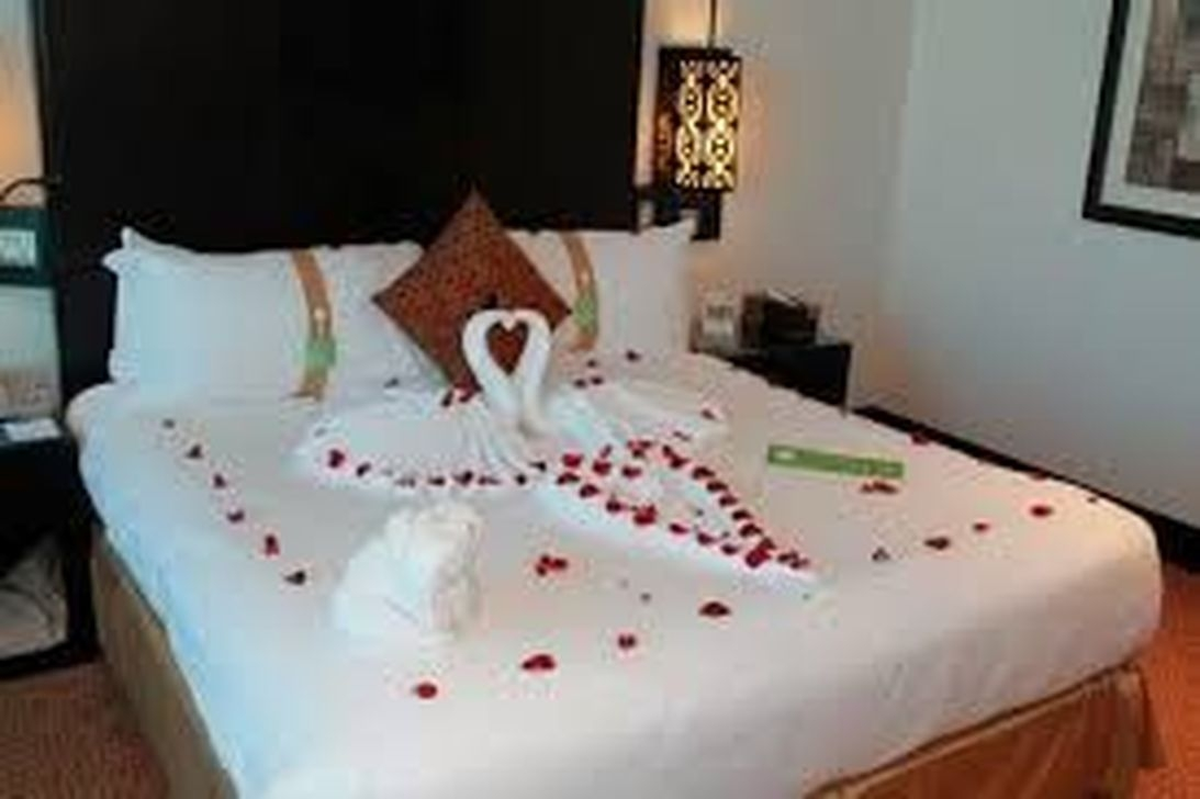 Cute And Romantic Valentine Bedroom Decor Ideas 14