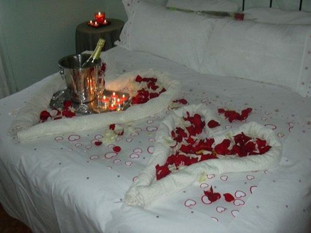 Cute And Romantic Valentine Bedroom Decor Ideas 19