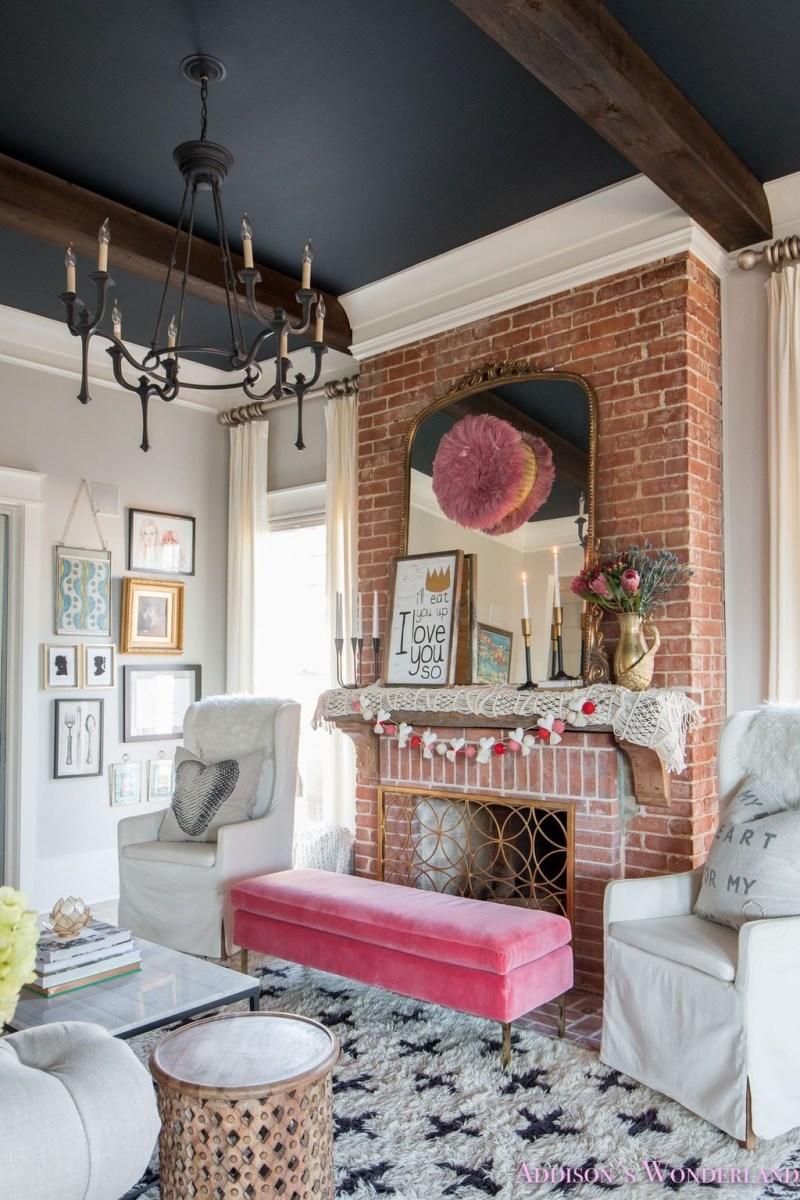 Romantic Living Room Decor With Valentine Themes 32