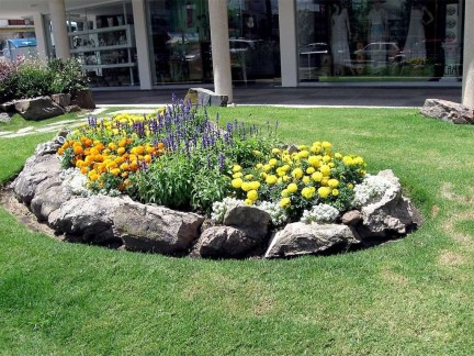Lovely Small Flower Gardens And Plants Ideas For Your Front Yard 24