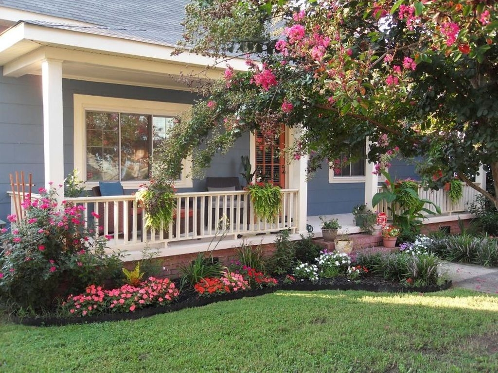 Lovely Small Flower Gardens And Plants Ideas For Your Front Yard 26