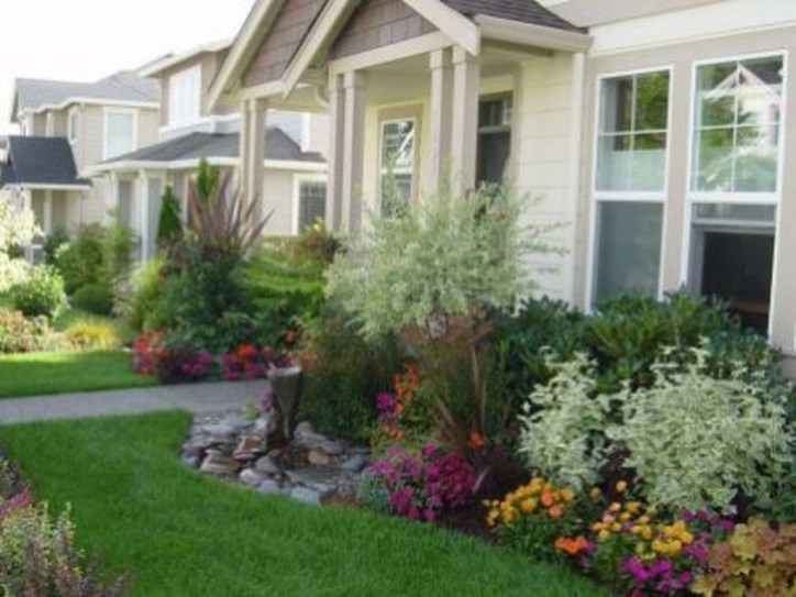 Lovely Small Flower Gardens And Plants Ideas For Your Front Yard 29