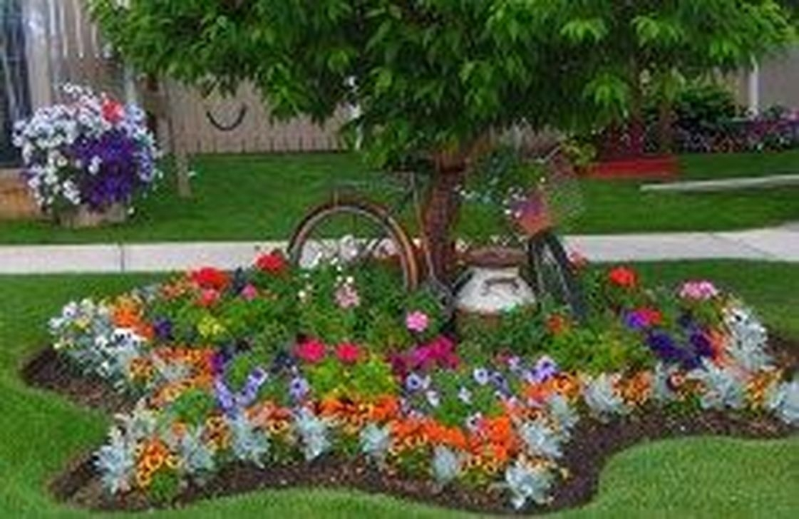 Lovely Small Flower Gardens And Plants Ideas For Your Front Yard 33