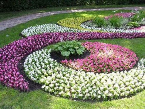 Lovely Small Flower Gardens And Plants Ideas For Your Front Yard 37