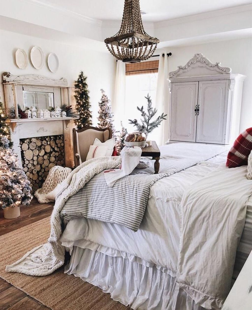 Gorgeous White Christmas Bedroom Decorating Ideas 06