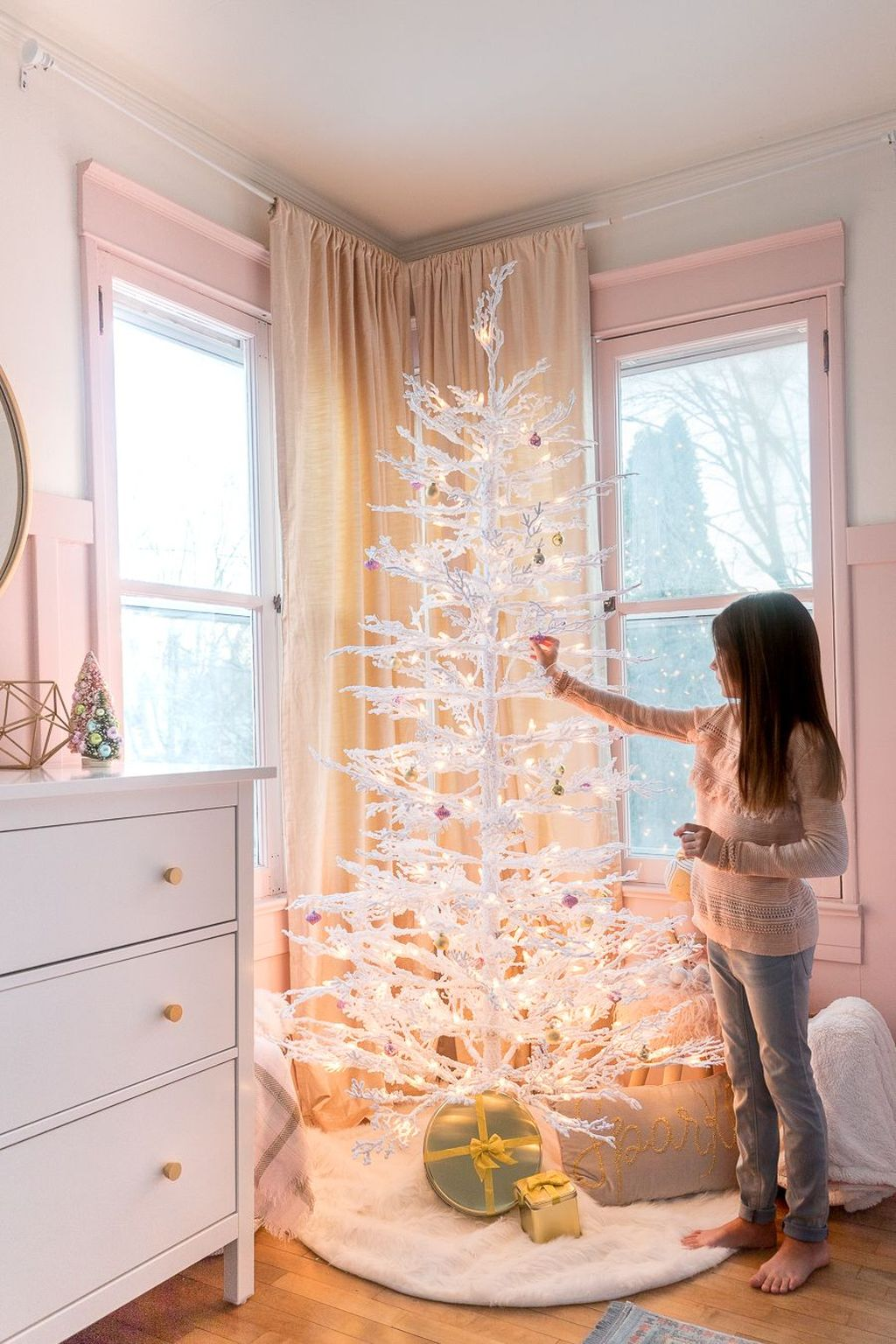 Gorgeous White Christmas Bedroom Decorating Ideas 11