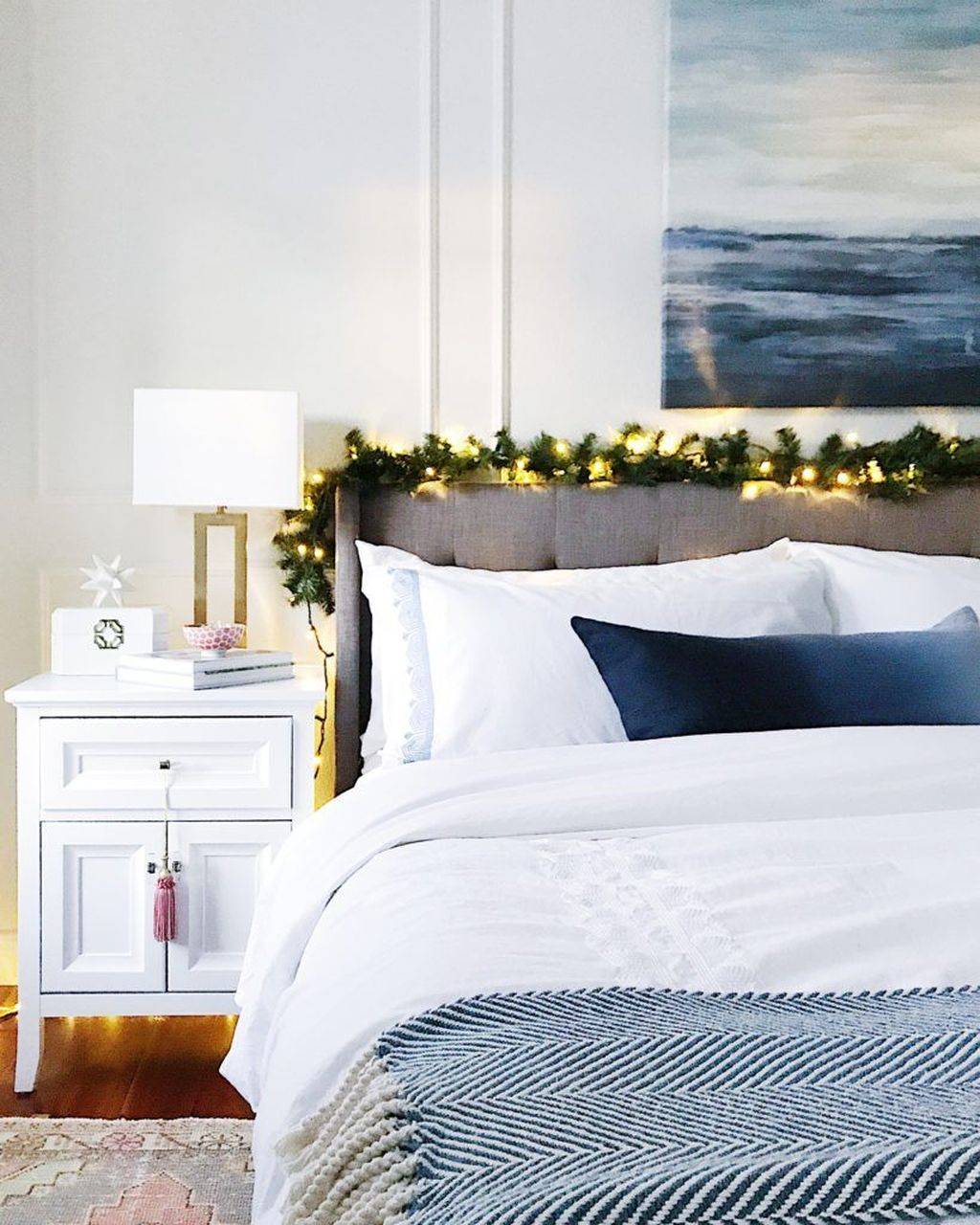 Gorgeous White Christmas Bedroom Decorating Ideas 12