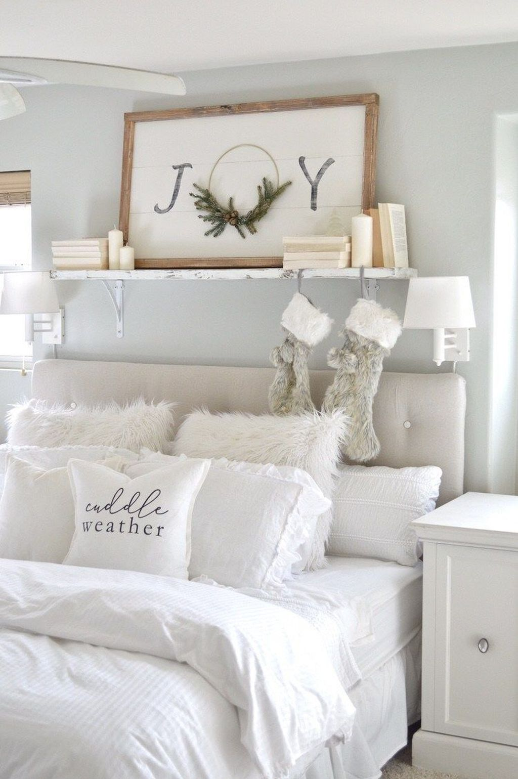 Gorgeous White Christmas Bedroom Decorating Ideas 13