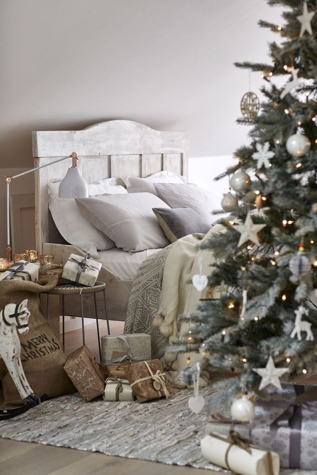 Gorgeous White Christmas Bedroom Decorating Ideas 14