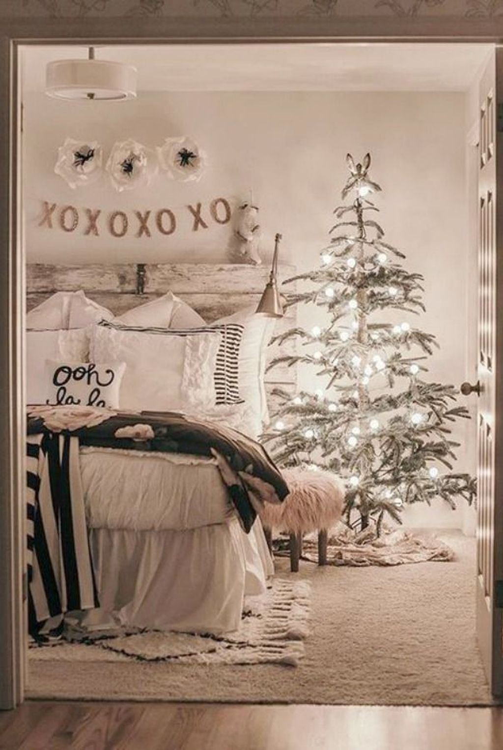 Gorgeous White Christmas Bedroom Decorating Ideas 15