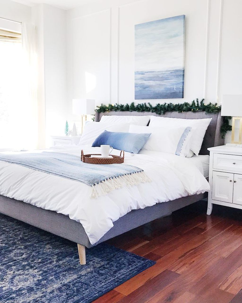 Gorgeous White Christmas Bedroom Decorating Ideas 19