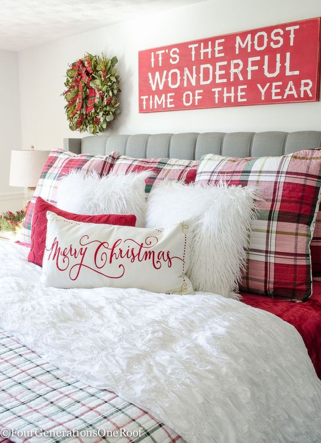 Gorgeous White Christmas Bedroom Decorating Ideas 26