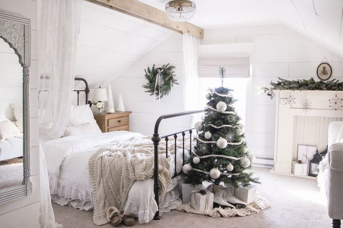 Gorgeous White Christmas Bedroom Decorating Ideas 32